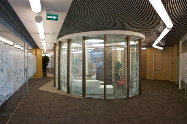 Фото 1 Стеклянные перегородки в офисе компании Philip Morris.Триплекс со средним закаленным слоем стекла, впоследствии намеренно разбитым